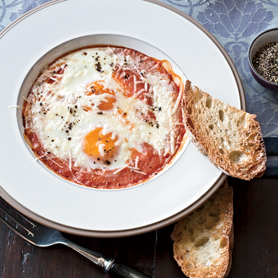 Healthy Breakfast Recipe: Eggs Baked in Roasted Tomato Sauce