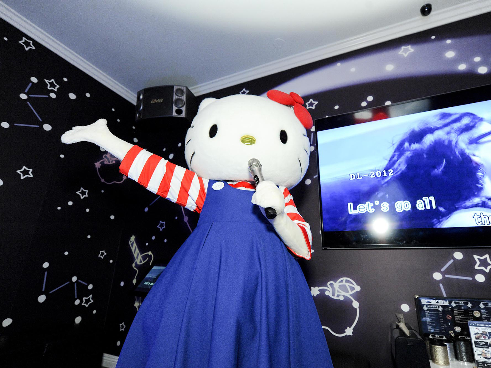 hello kitty singing in starry room