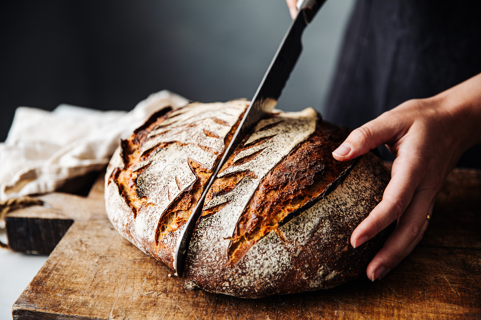 Slicing bread with a serrated knife