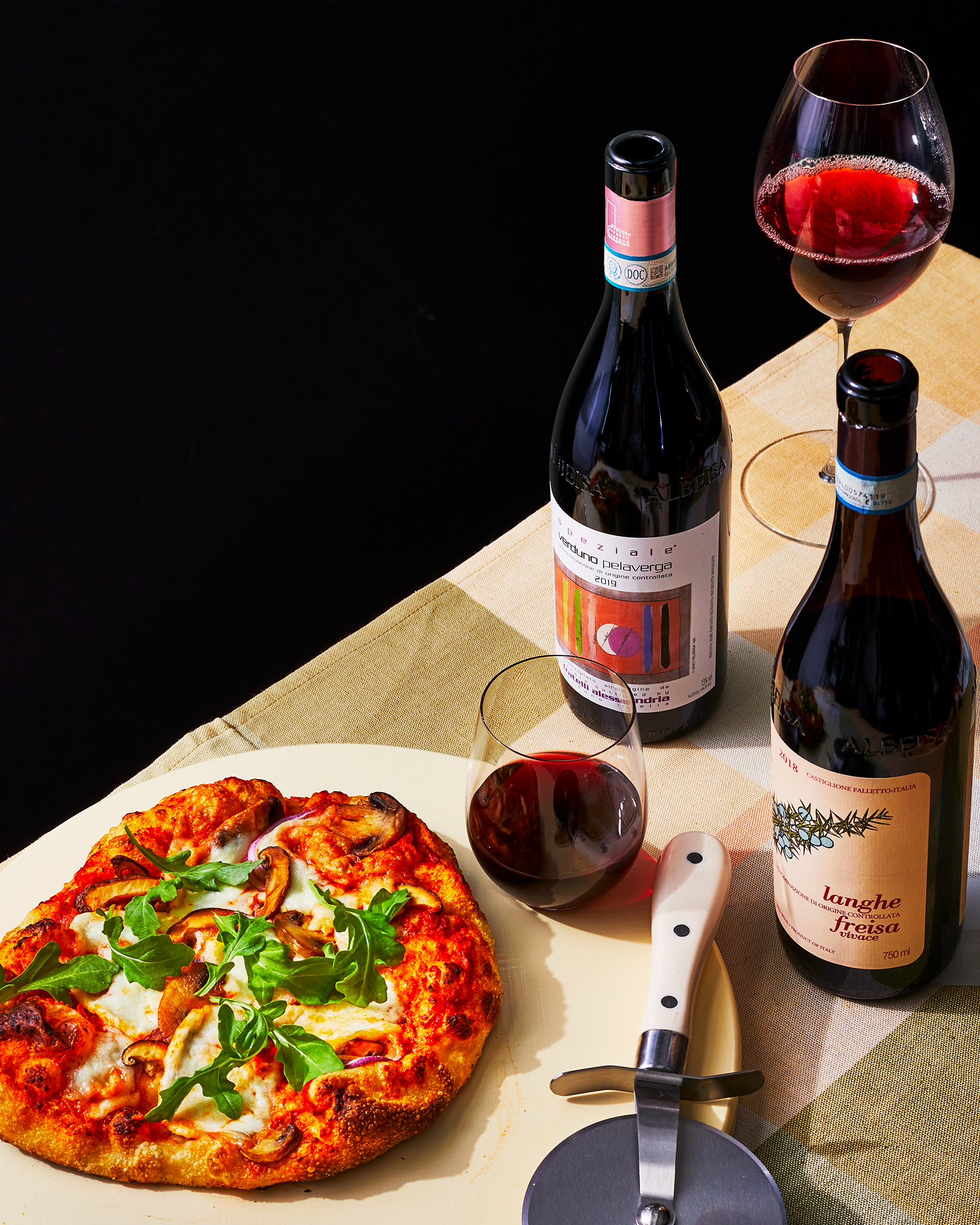 Veggie pizza with red wine