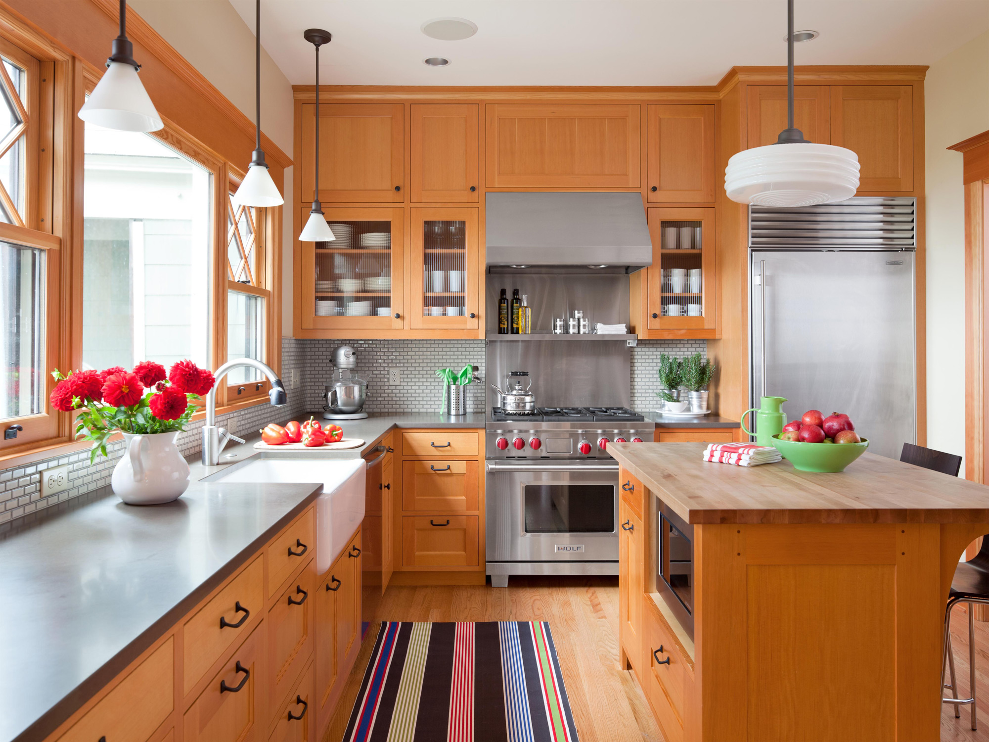 8 Ways to Decorate with Oak Cabinets for a Modern Look ...