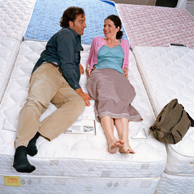 couple-mattress-shopping