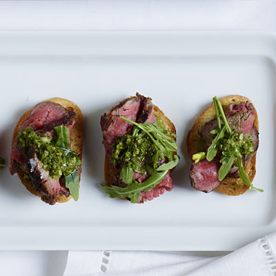 basque-beef-tenderloin-crostini