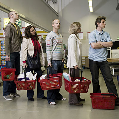 store-line-people