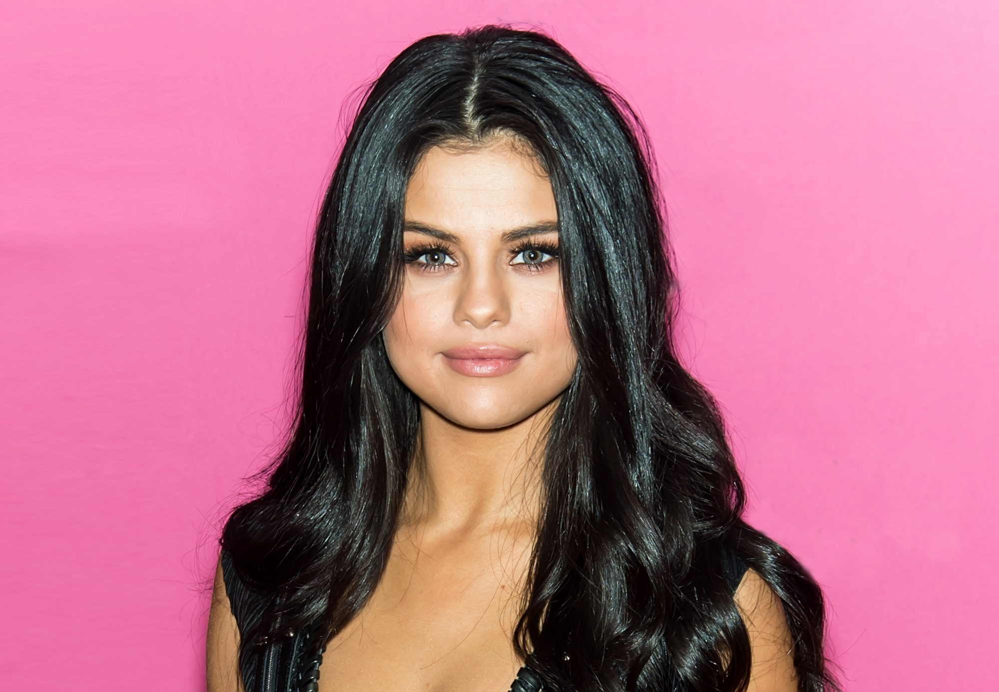 selena-gomez-color-contacts