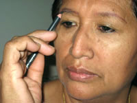applying-eye-brow-makeup
