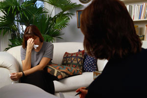 women-talk-therapy-couch