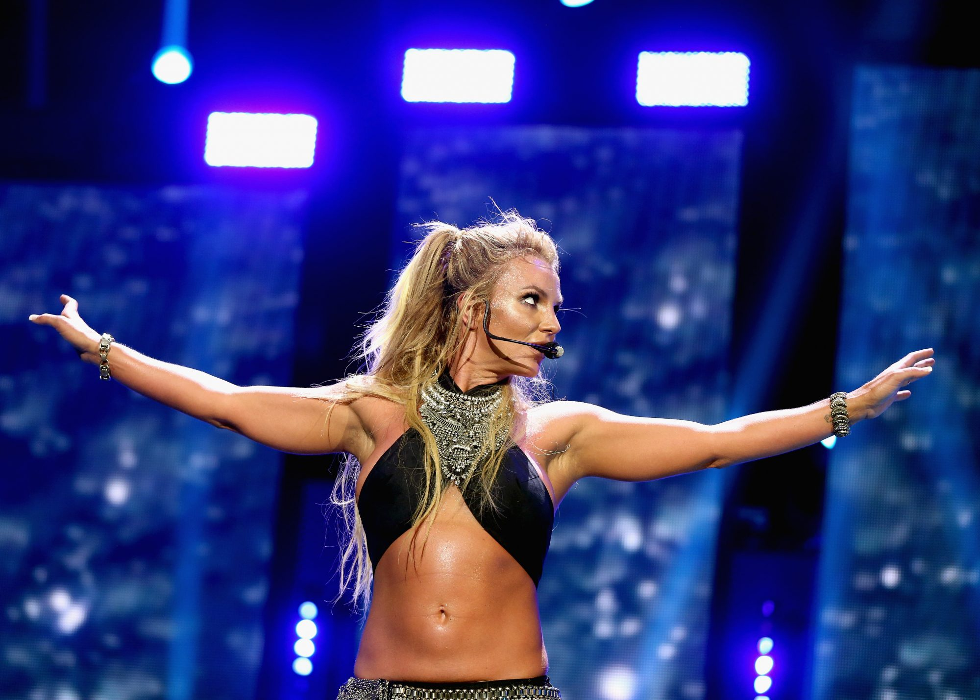 britney-spears-abs-performance