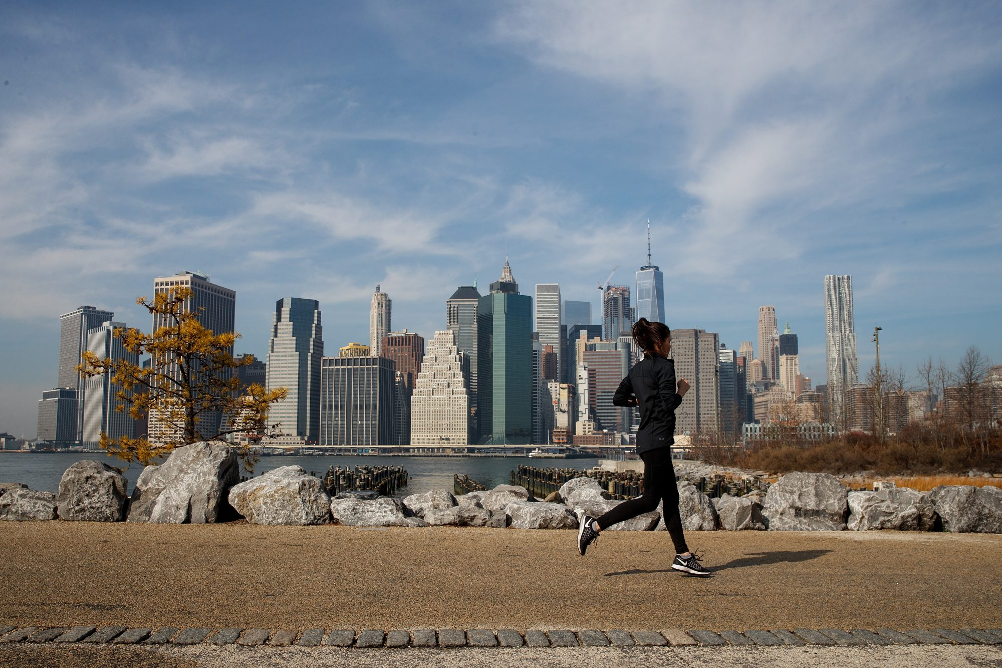 woman-jogging-nyc-skyline
