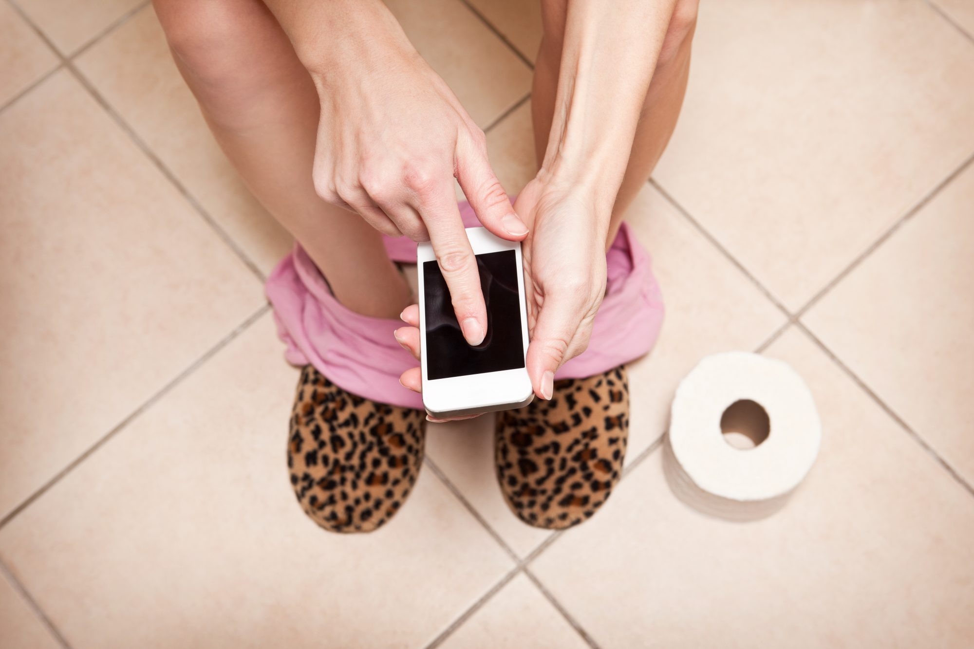 Here's Why You Should Stop Bringing Your Phone Into the Bathroom