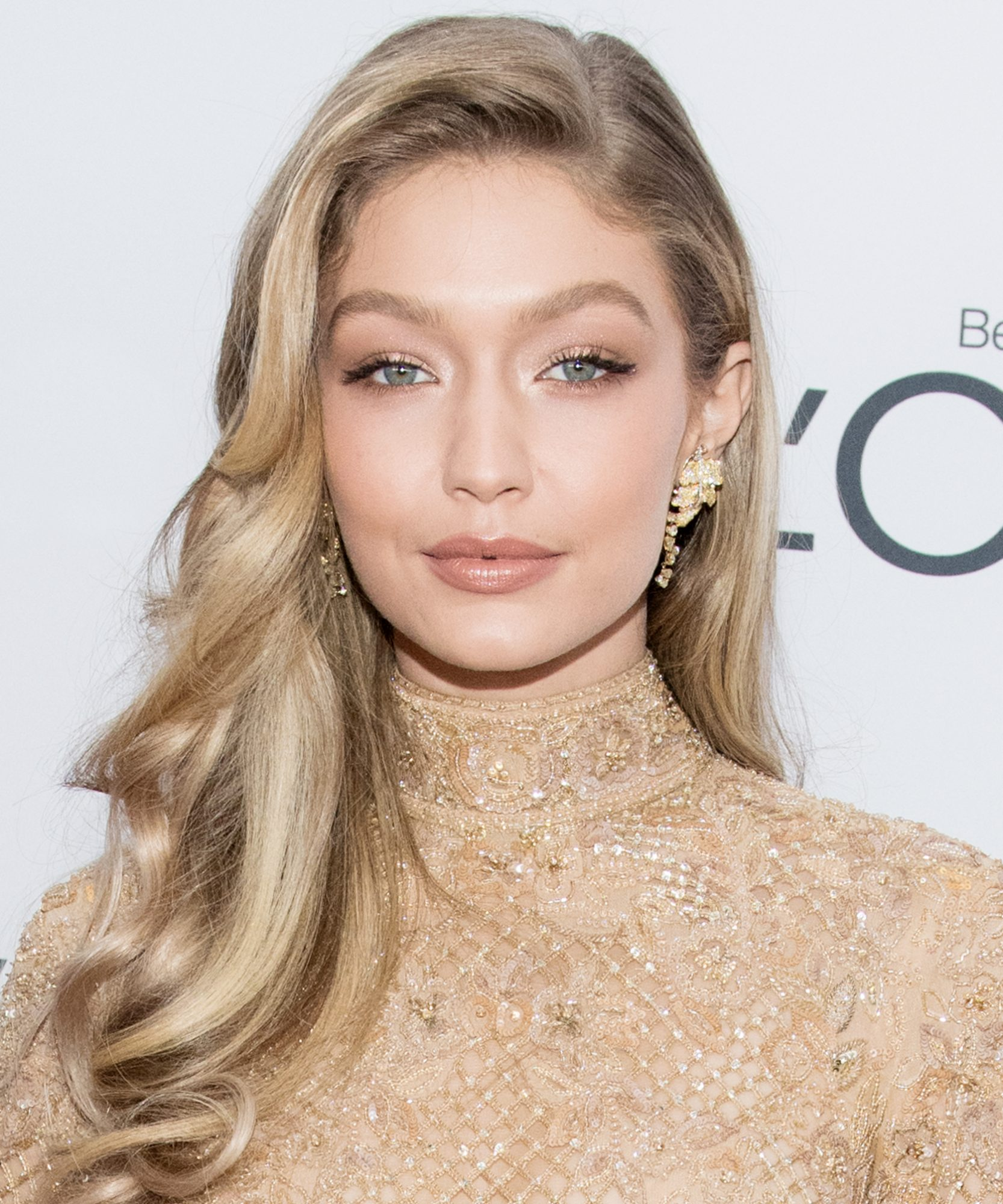 <p>Gigi Hadid's Side-Swept Waves </p>