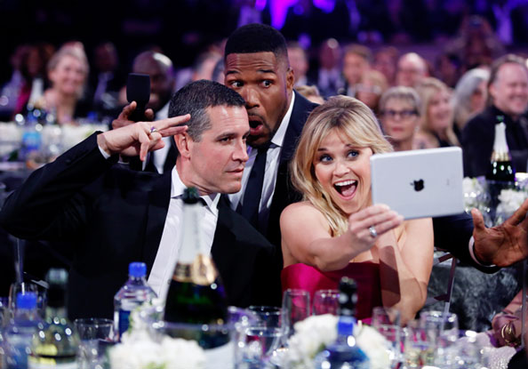 Reese Witherspoon takes selfie at 2015 Critics' Choice Movie Awards.