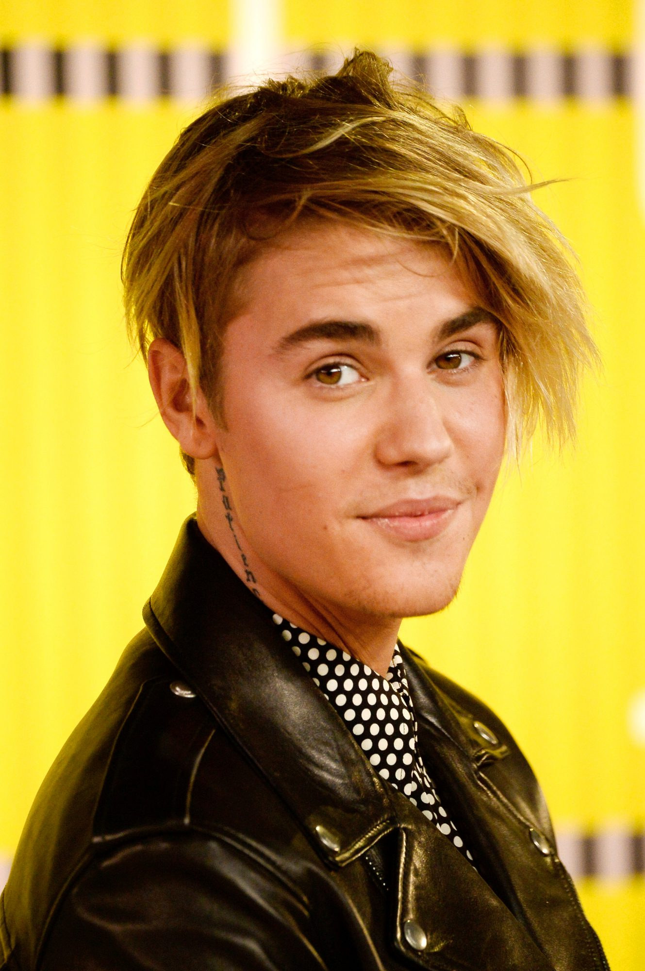 "Justin Bieber's 2015 VMAs Windswept ""Seagull"" Hair Is Causing Quite a Stir"