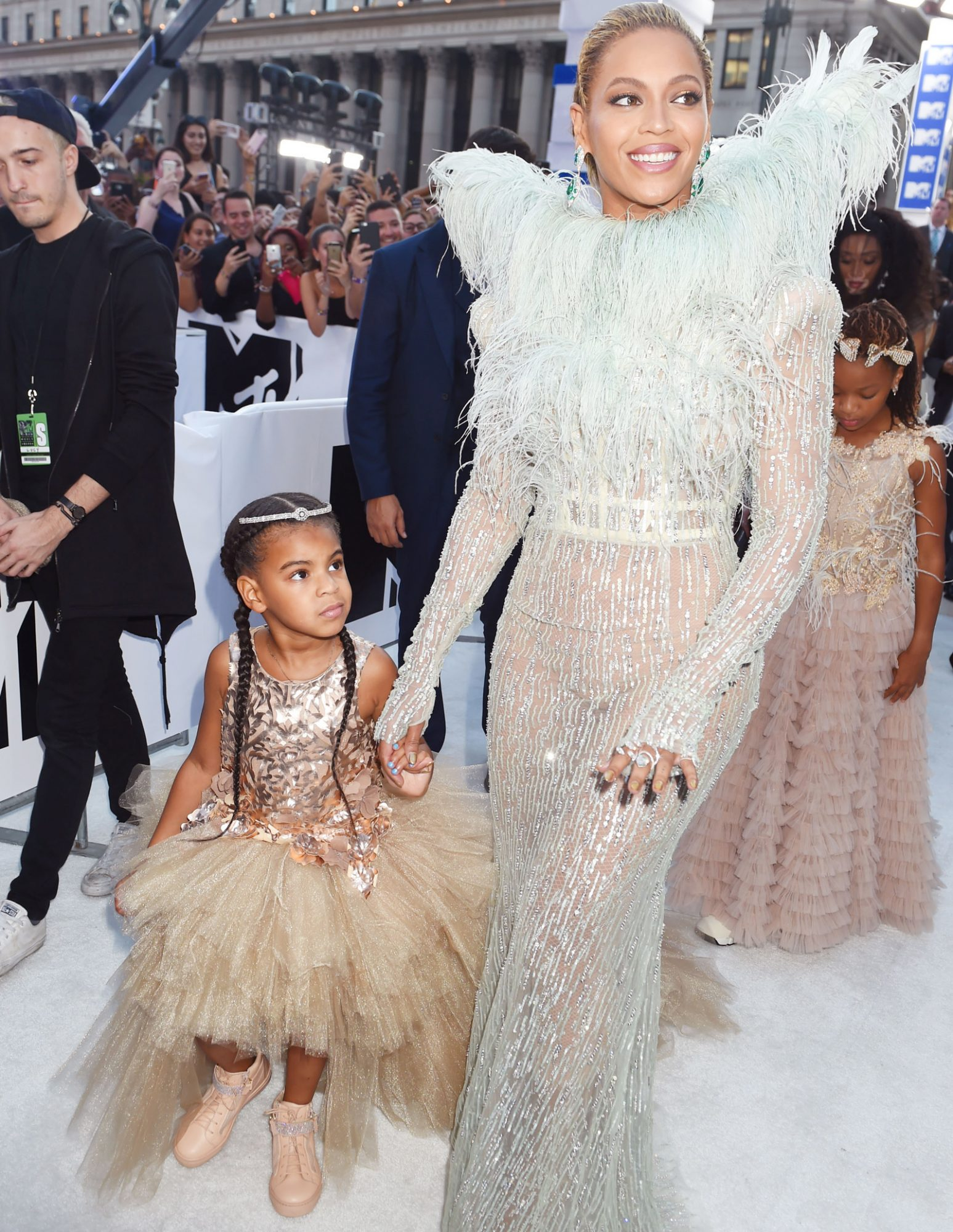 See Beyoncé and Blue Ivy Carter's 2016 MTV VMAs Red Carpet Looks from Every Single Angle