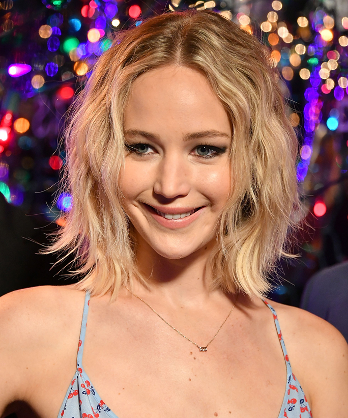 You Have to See Jennifer Lawrence Peeing While Posing for a Pic with Her Mom