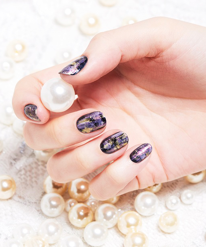 See Exactly How to Recreate This Non-Cheesy Holiday Manicure