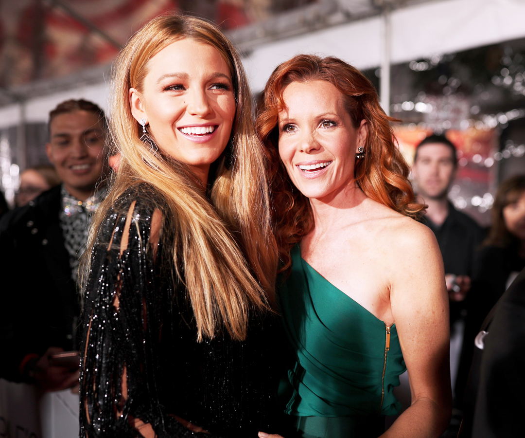 People's Choice Awards 2017 - Embed - Blake Lively Robyn Lively