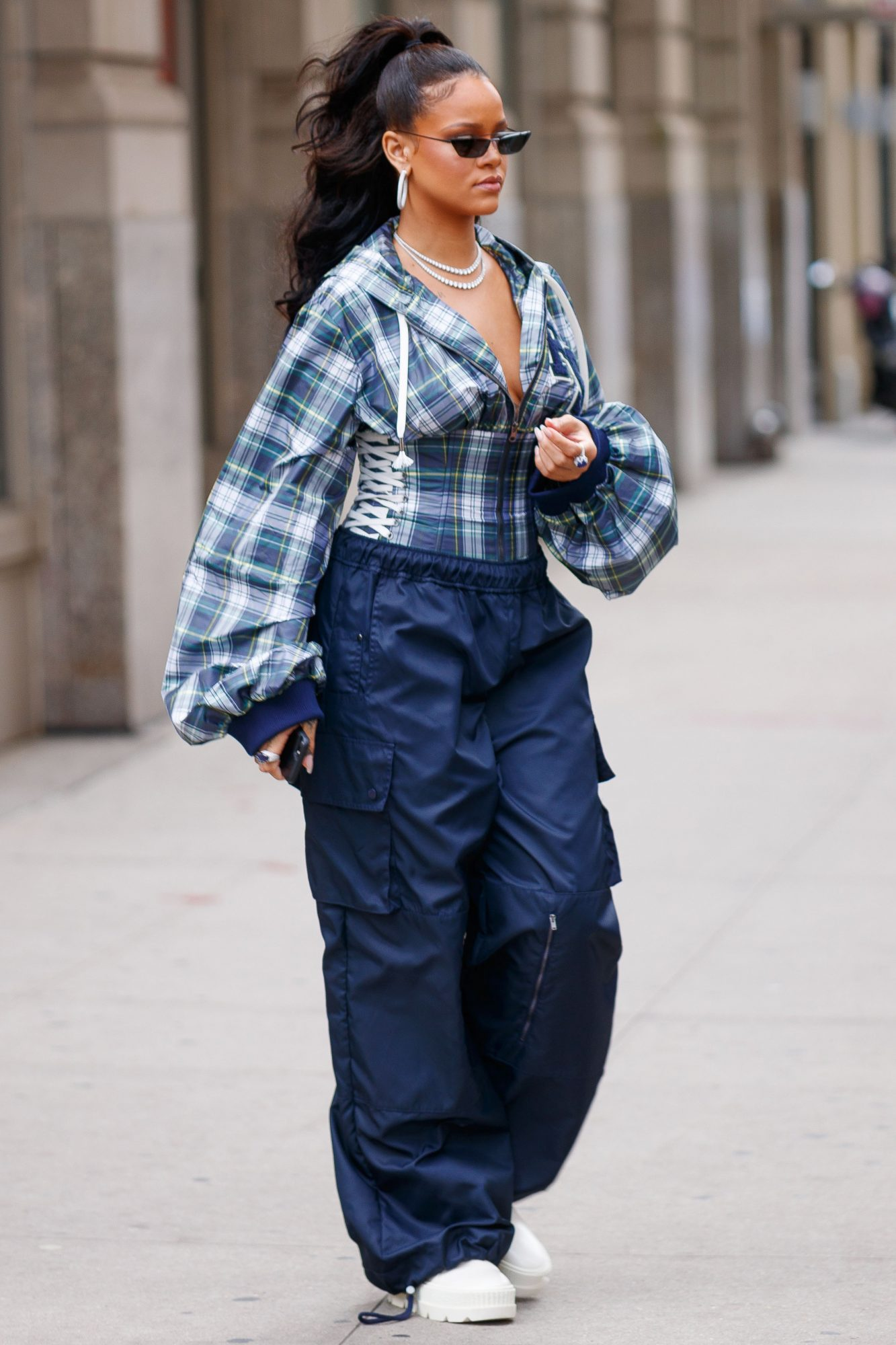 <p>This look is enough to make us give cargo pants another chance.</p>
