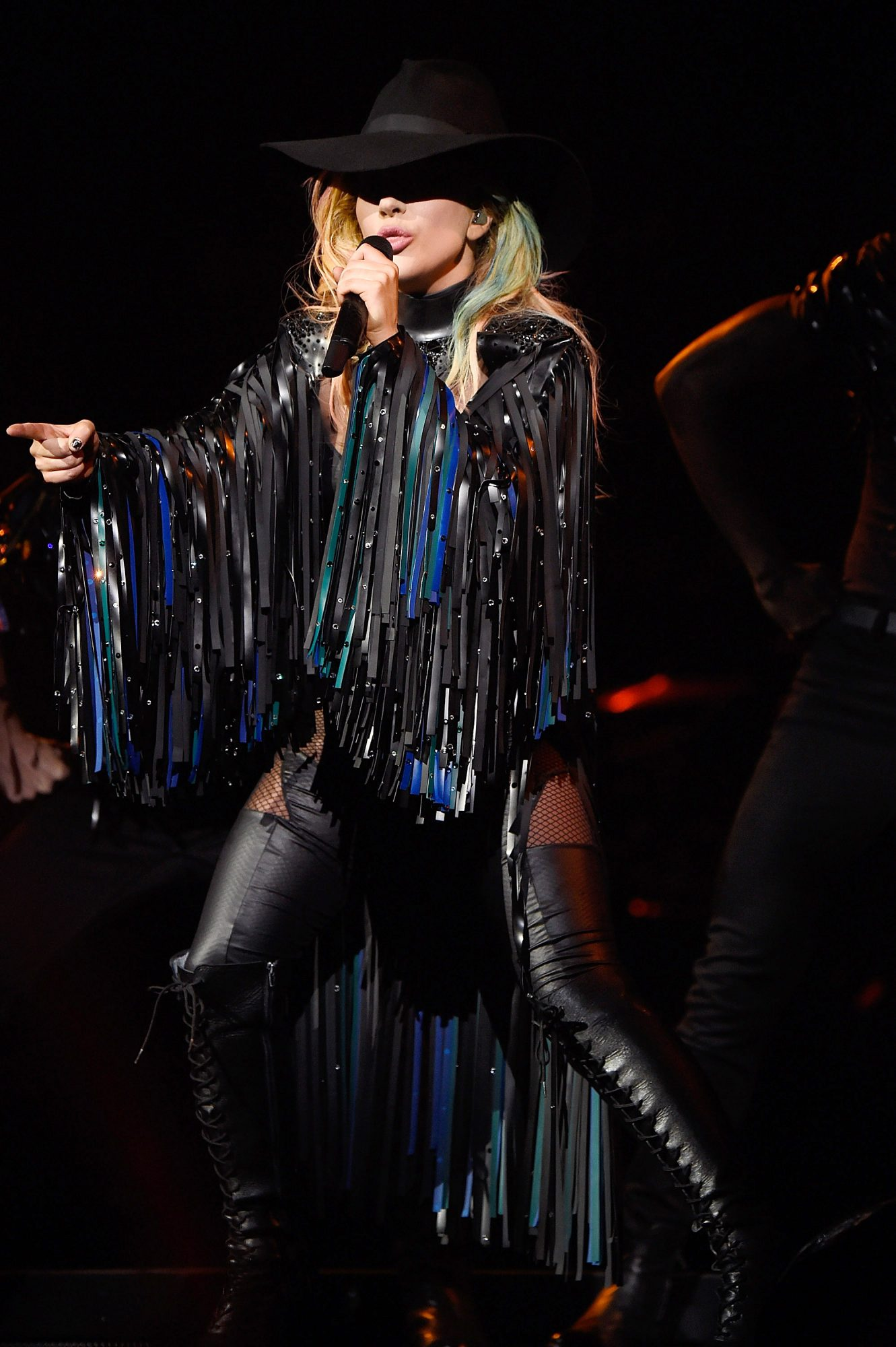 <p>ROCK-AND-ROLL MEETS COUNTRY</p>