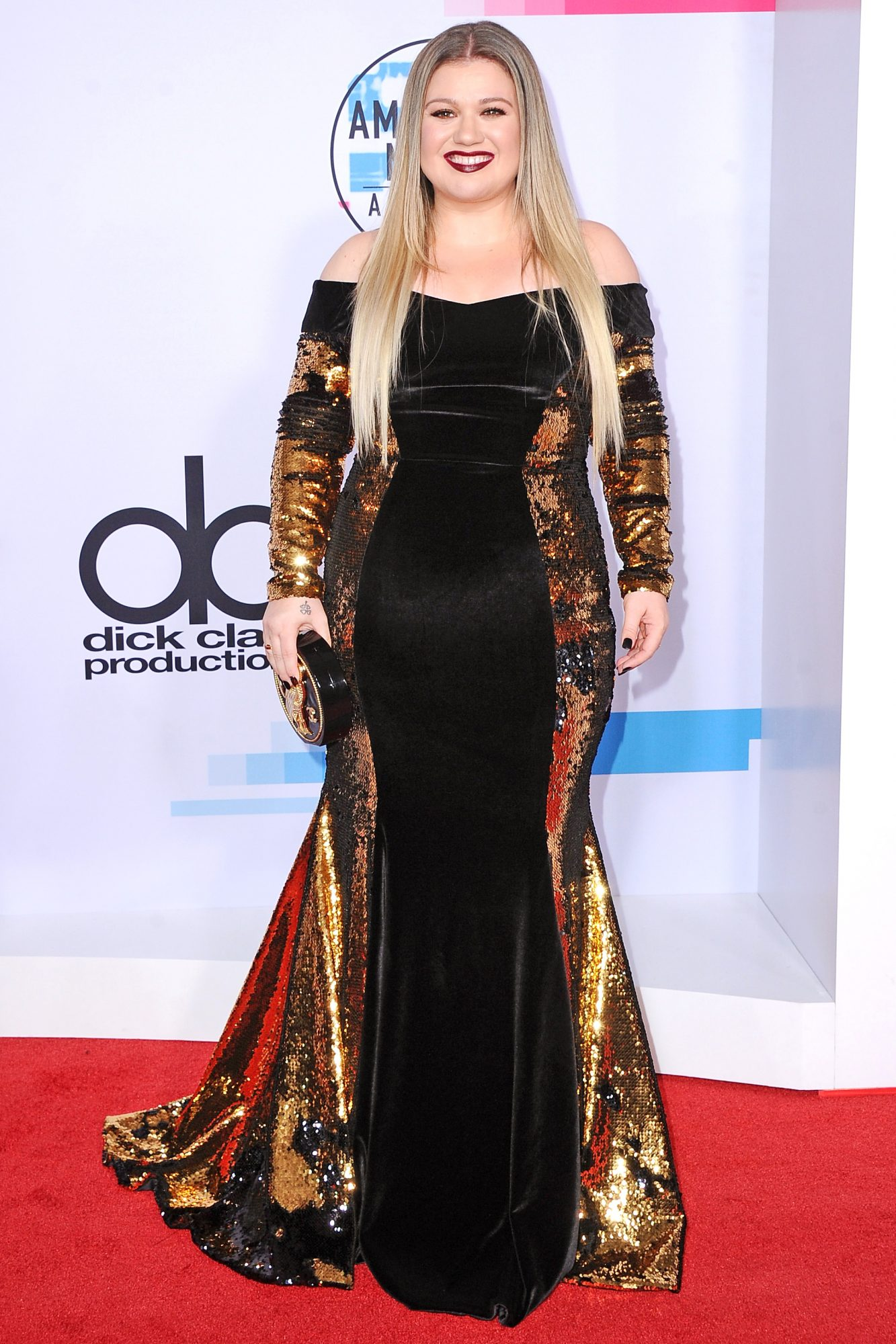 <p>Kelly Clarkson American Movie Awards Red Carpet </p>