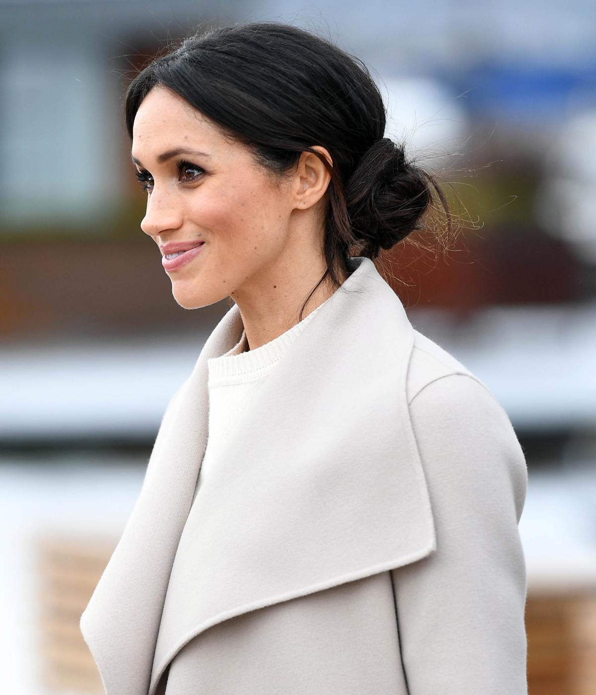 How to do a messy bun like meghan markle for How to get makeup out of white shirt