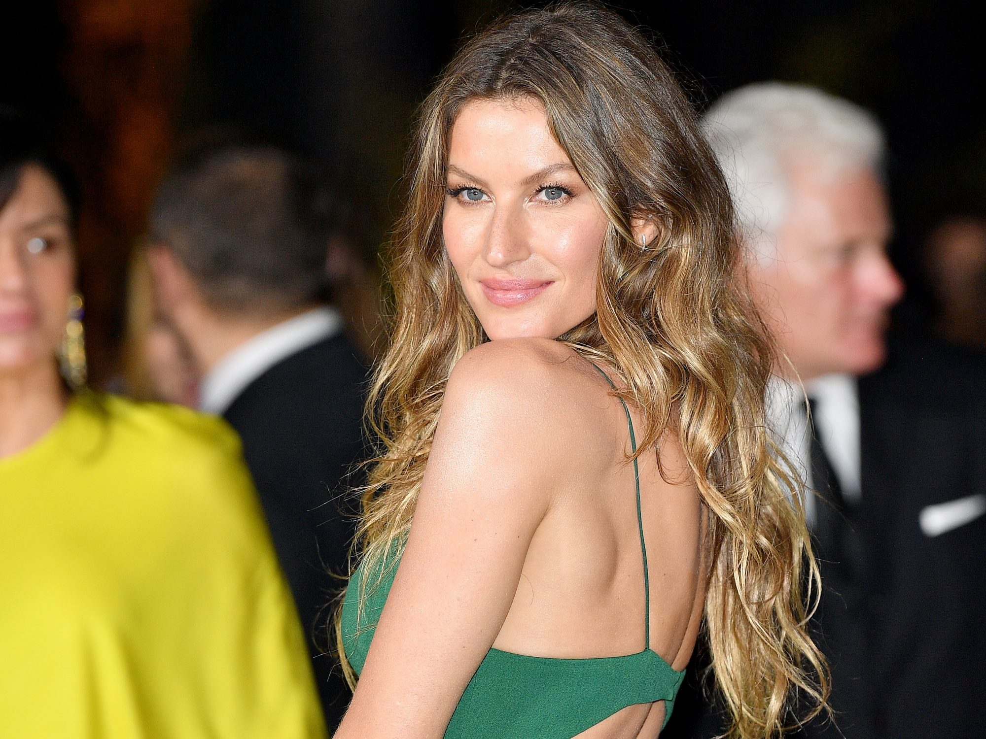 Gisele Bundchen Changing Looks - Lead