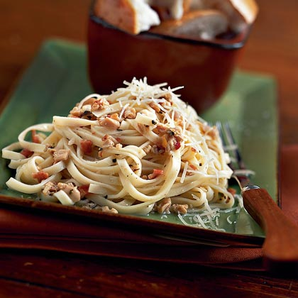 Linguine with Clam Sauce RecipeThis delicious version of the traditional linguine dish weighs in at only 290 calories per serving.