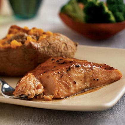 Many people avoid cooking fish when company comes, but these salmon filets, flavored with a sweet-spicy glaze, are guaranteed crowd pleasers. Pair with brown-sugar-pecan sweet potatoes and a green veggie and you've got an elegant dinner for four in about 20 minutes.Sweet-Hot Salmon Menu