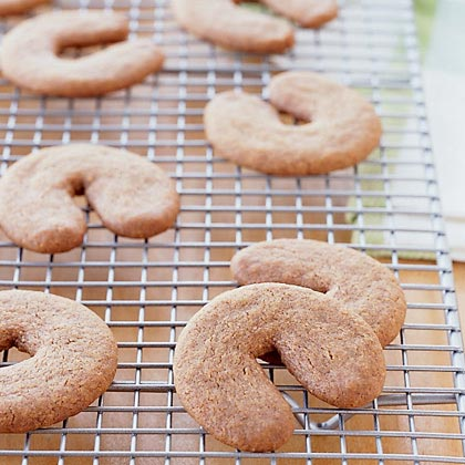 The bakers in Evelyn Mount's family have a long tradition of spicing sweet rolls and cookies with the delicate flavor of cardamom. These buttery, horseshoe-shaped cookies make the perfect treat!Cardamom Cookies Recipe