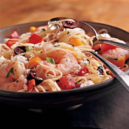 Insalata di pasta con gamberetti, peperoni e olive