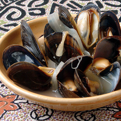 Steamed Mussels with Lemon, Onion, and Wine (Mijillones al Limón)Recipe
