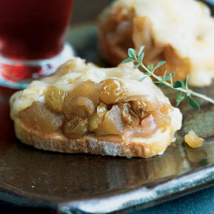 Baked Brie with Golden Raisin Compote
