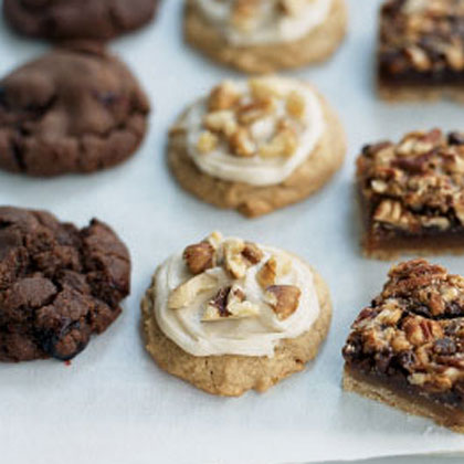 Determine the number of cookies guests should bring. One suggestion: Ask each guest to bring six dozen cookies from a single recipe—about two to three batches of an average cookie recipe. If you opt for this approach, each guest should leave with six dozen cookies, no matter how many people attend.Cookies for a Crowd: Maple-Walnut Spice Cookies