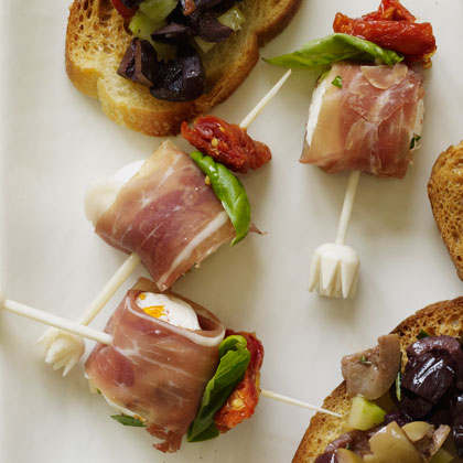 <p>Mozzarella and Prosciutto Bites with Pesto</p>