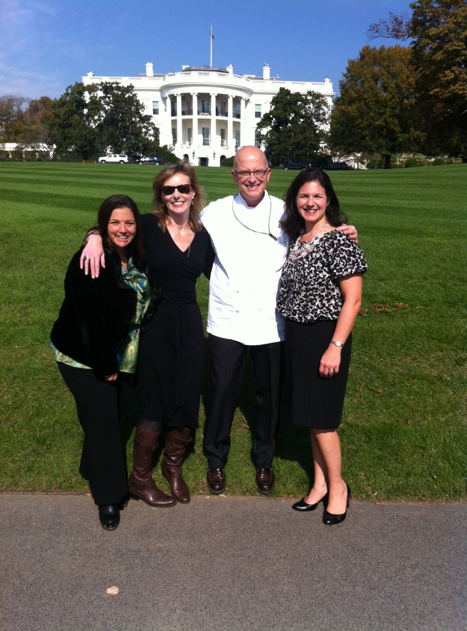 bill-and-girls-in-front-of-white-house.jpg