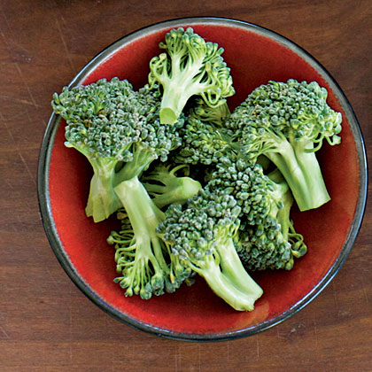 This hardy green plant is a great kitchen companion and an excellent addition to any dish. Broccoli thrives in cool weather, but can tolerate mild heat as well. Harvest broccoli plants before they flower, when the tops are firm.Broccoli is great steamed or sautéed with a light lemony, butter sauce.