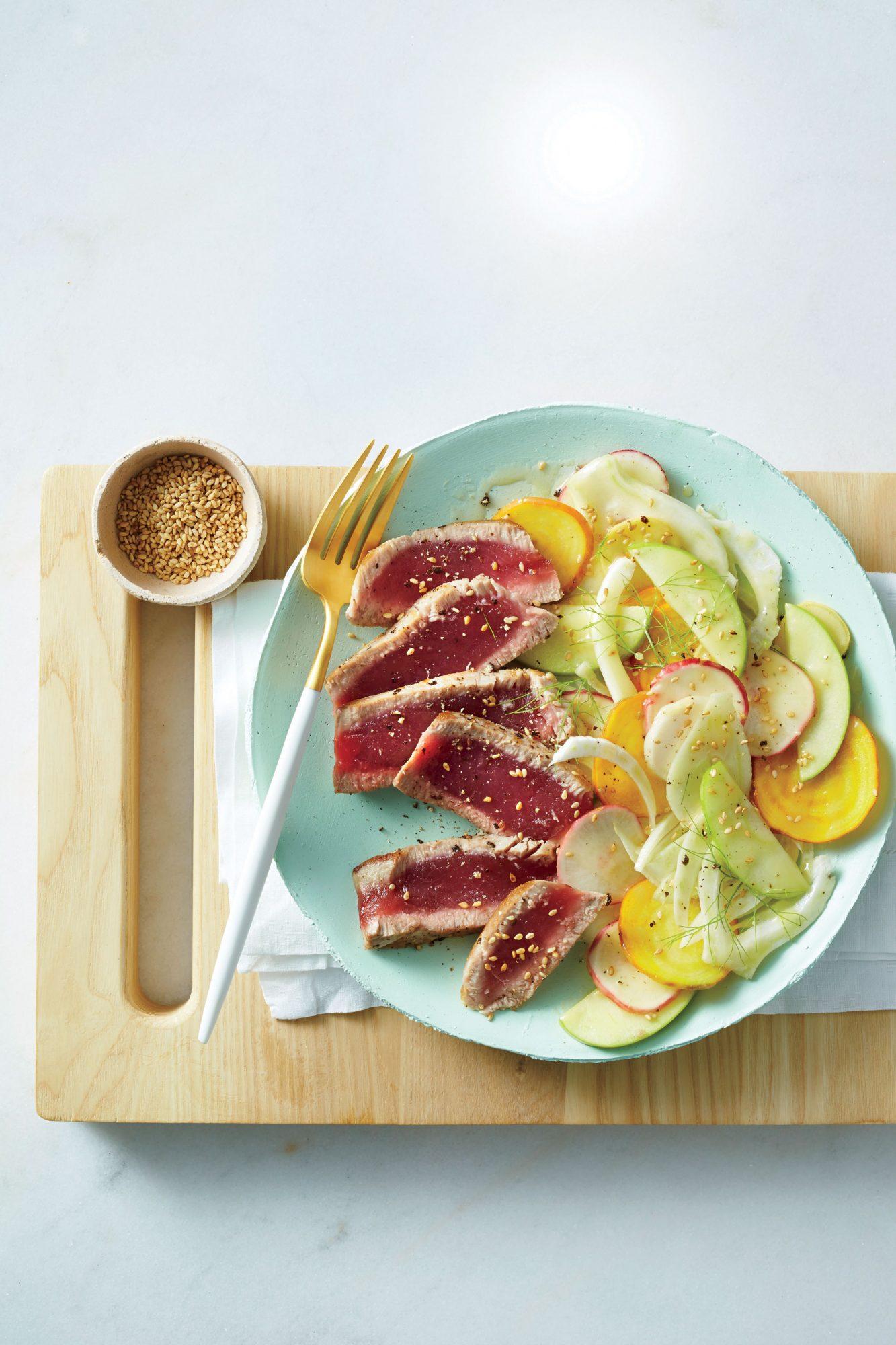 Thon poêlé et salade de légumes rasés image