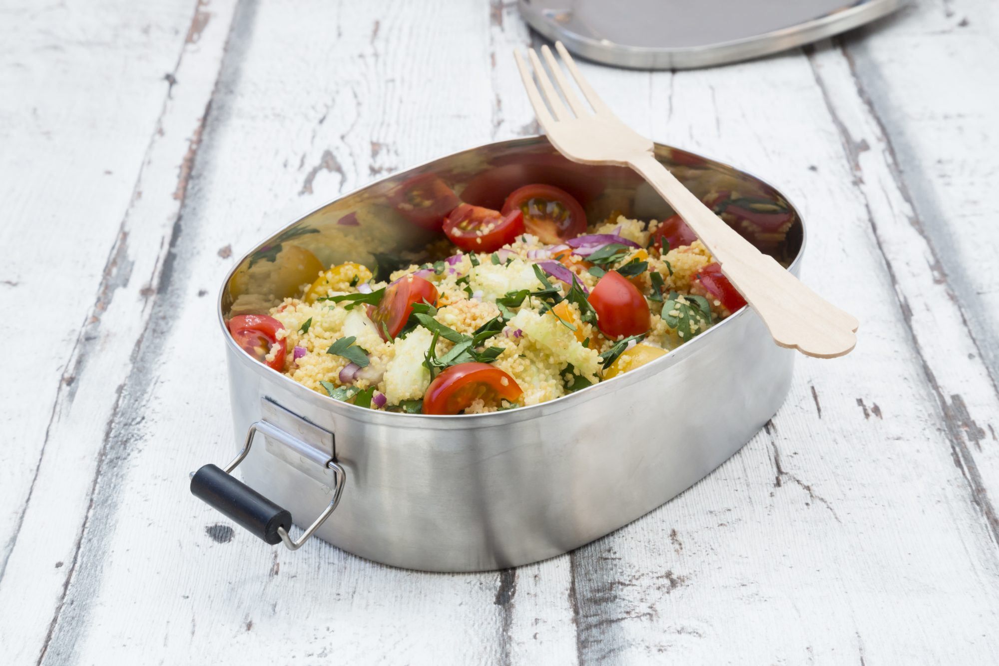 <p>CousCous-Salat mit Tomaten (rot&orange), lila Zwiebel, Gurke und glatter Petersilie, Lunchbox, no-plastic</p>