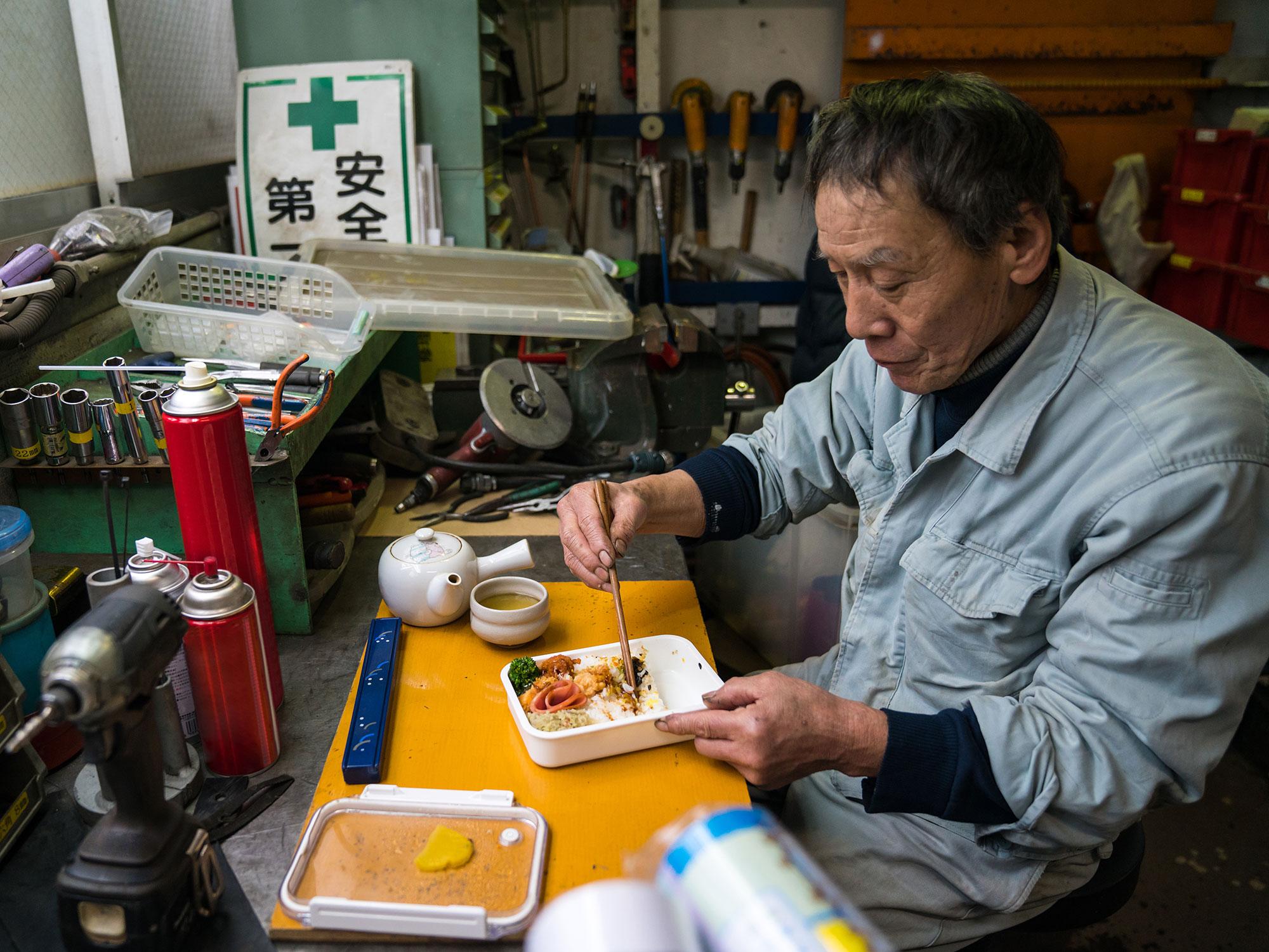 worker-lunch.jpg