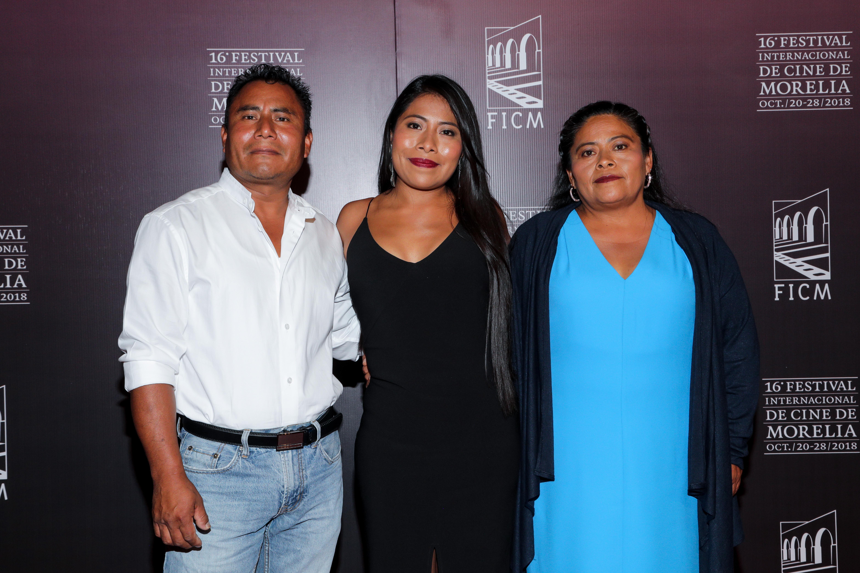 Yalitza Aparicio y sus padres