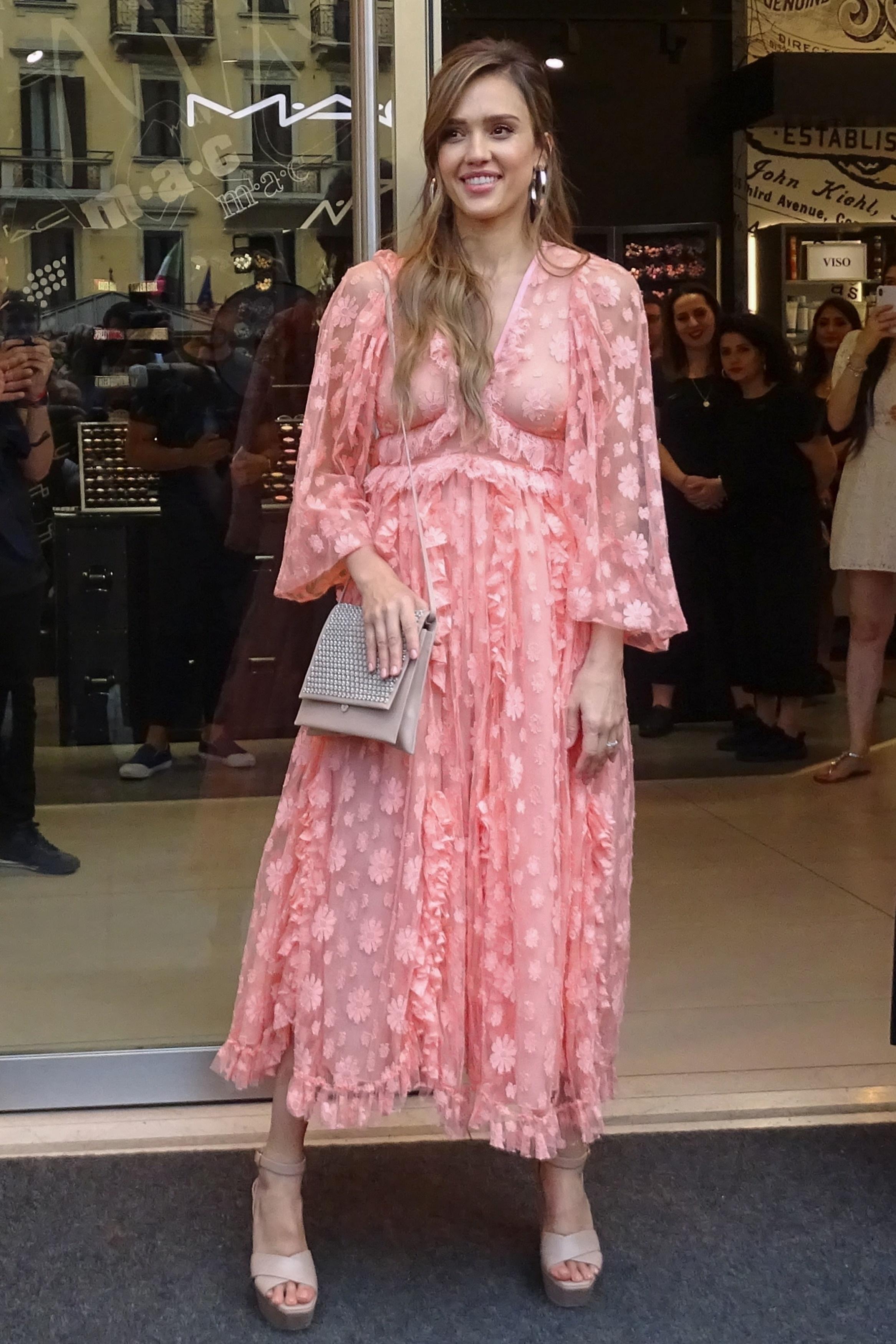 Jessica Alba, look, vestido rosado, milan