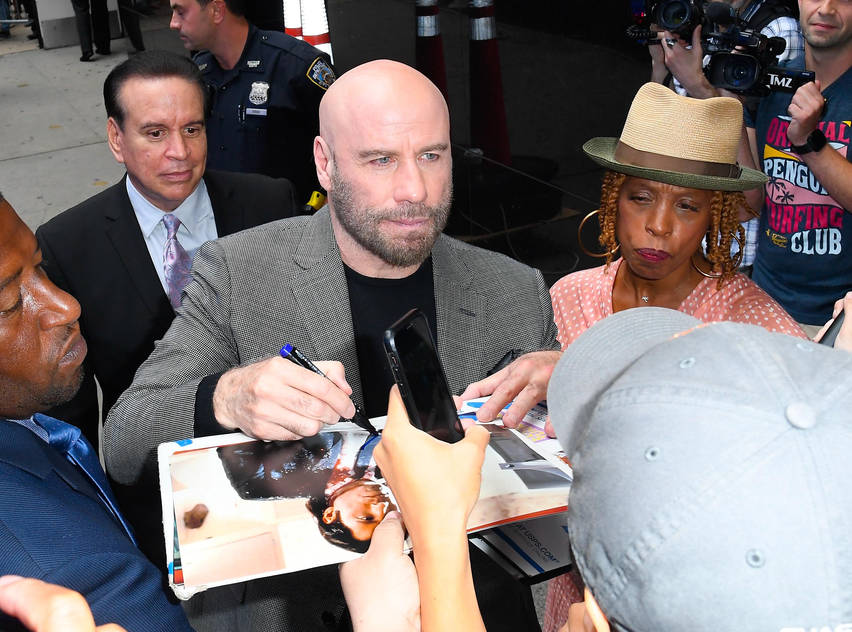 John Travolta firmando autógrados en Nueva York