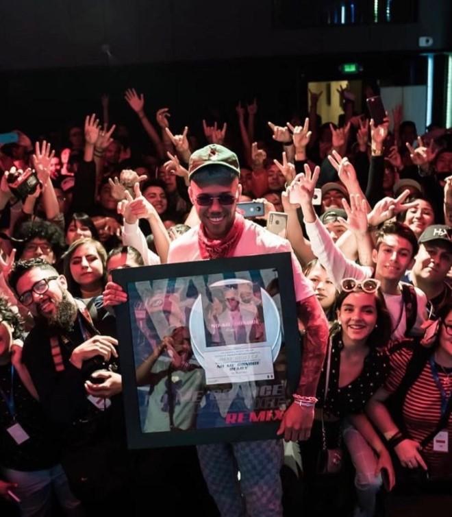 Jhay Cortéz placa conmemorando la certificación 2X Platino en México