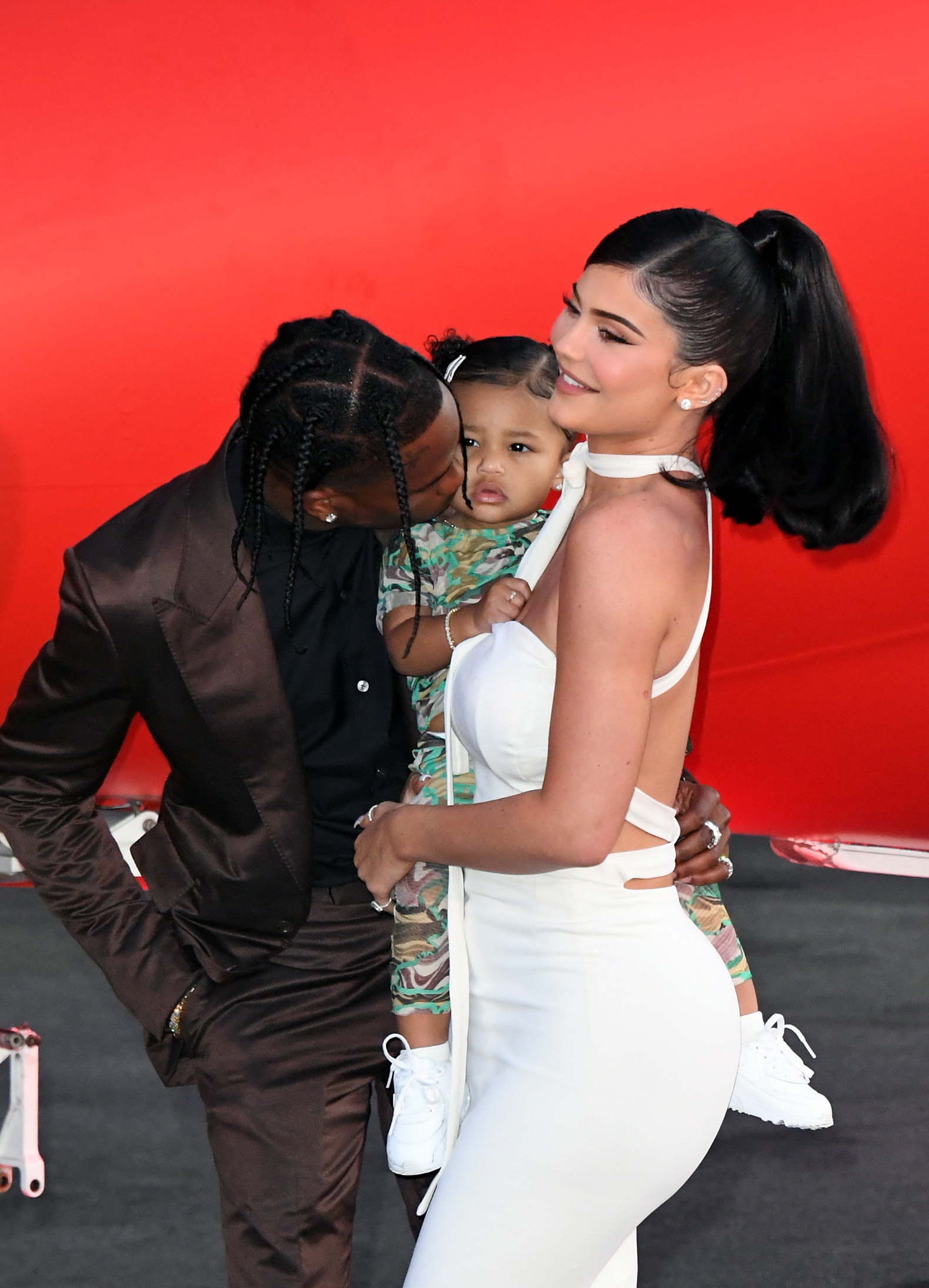 Kylie Jenner y Travis Scott con stormi premiere netflix Travis Scott: Look Mom I Can Fly.