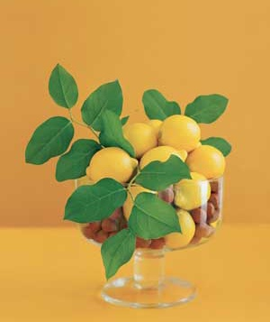 Centerpiece made of lemons, hazelnuts and lemon leaves