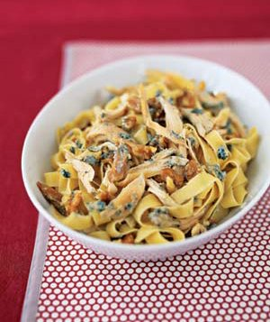 Chicken pasta with blue cheese and walnuts