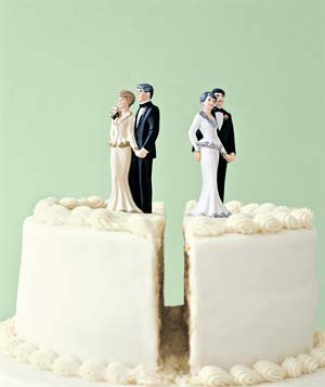 Figurines of parents on a split wedding cake