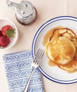 Silver dollar pancakes with maple syrup and starwberries