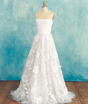 Wedding dress for small-chested women