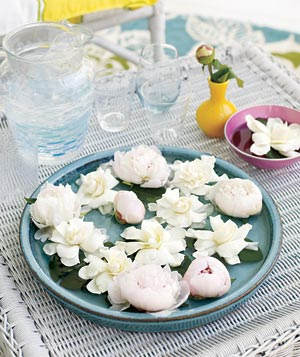 Light pink peonies and ivory gardenias in a platter